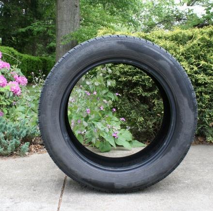 Una-jardinera-con-un-neumático