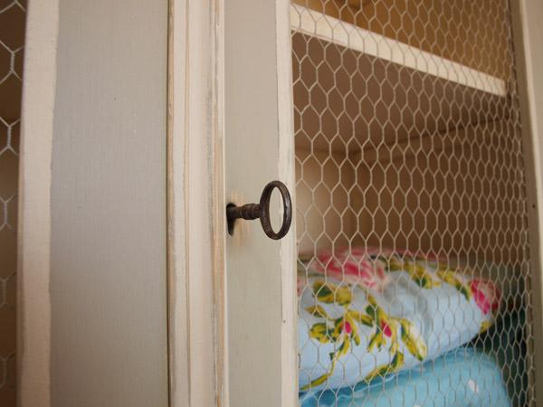Muebles con tela de gallinero recicla tus muebles - Muebles de chapa metalica ...