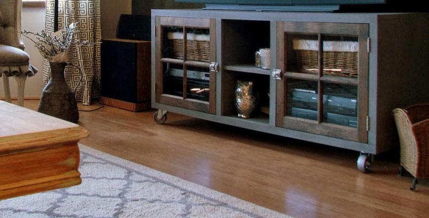 Mueble de tv con puertas de cristal recicla tus muebles for Muebles de cristal para tv