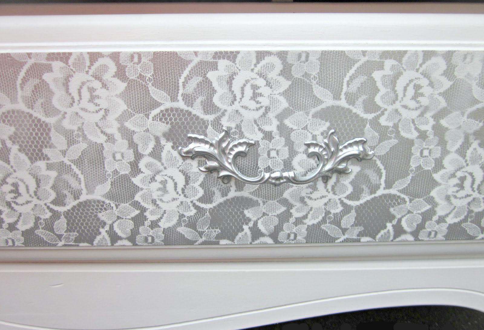 C moda pintada con dise o de encaje recicla tus muebles - Como pintar de blanco un mueble oscuro ...
