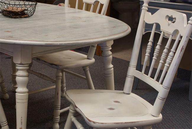 Sillas decapadas en blanco recicla tus muebles for Mesas y sillas blancas de madera